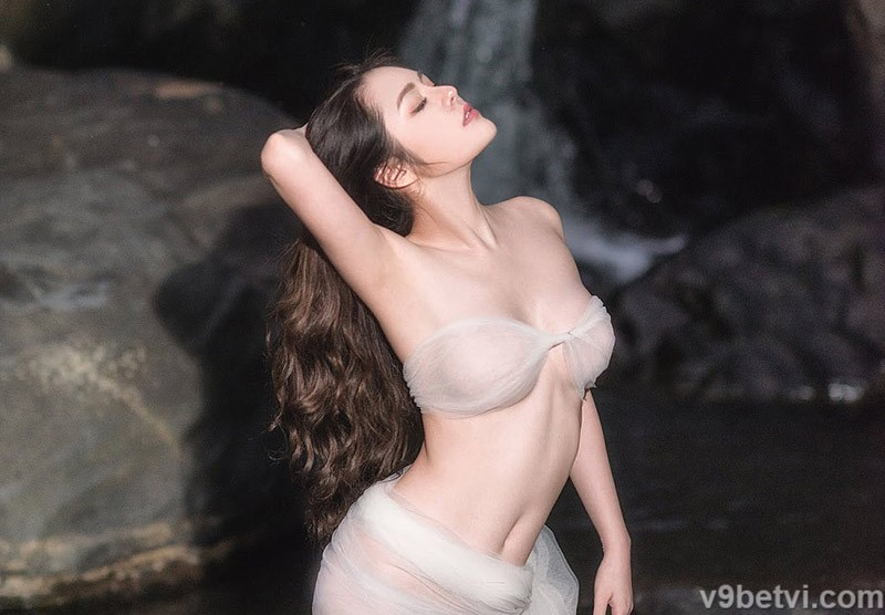 Bộ ảnh gợi cảm diễn viên Cao Diệp Anh khoe thân bên bờ suối