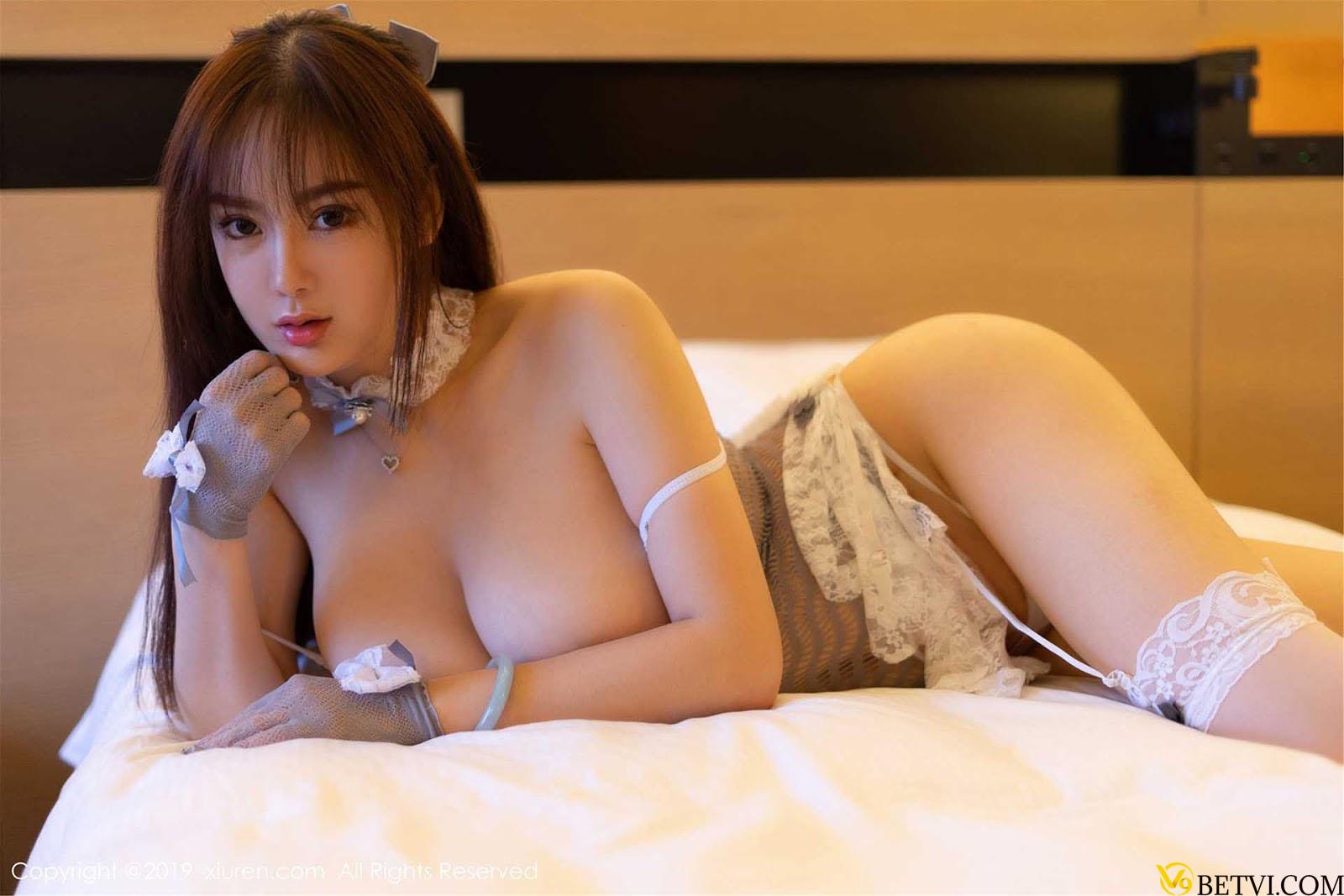 Gái xinh Silvia khoe ngực khủng trên giường