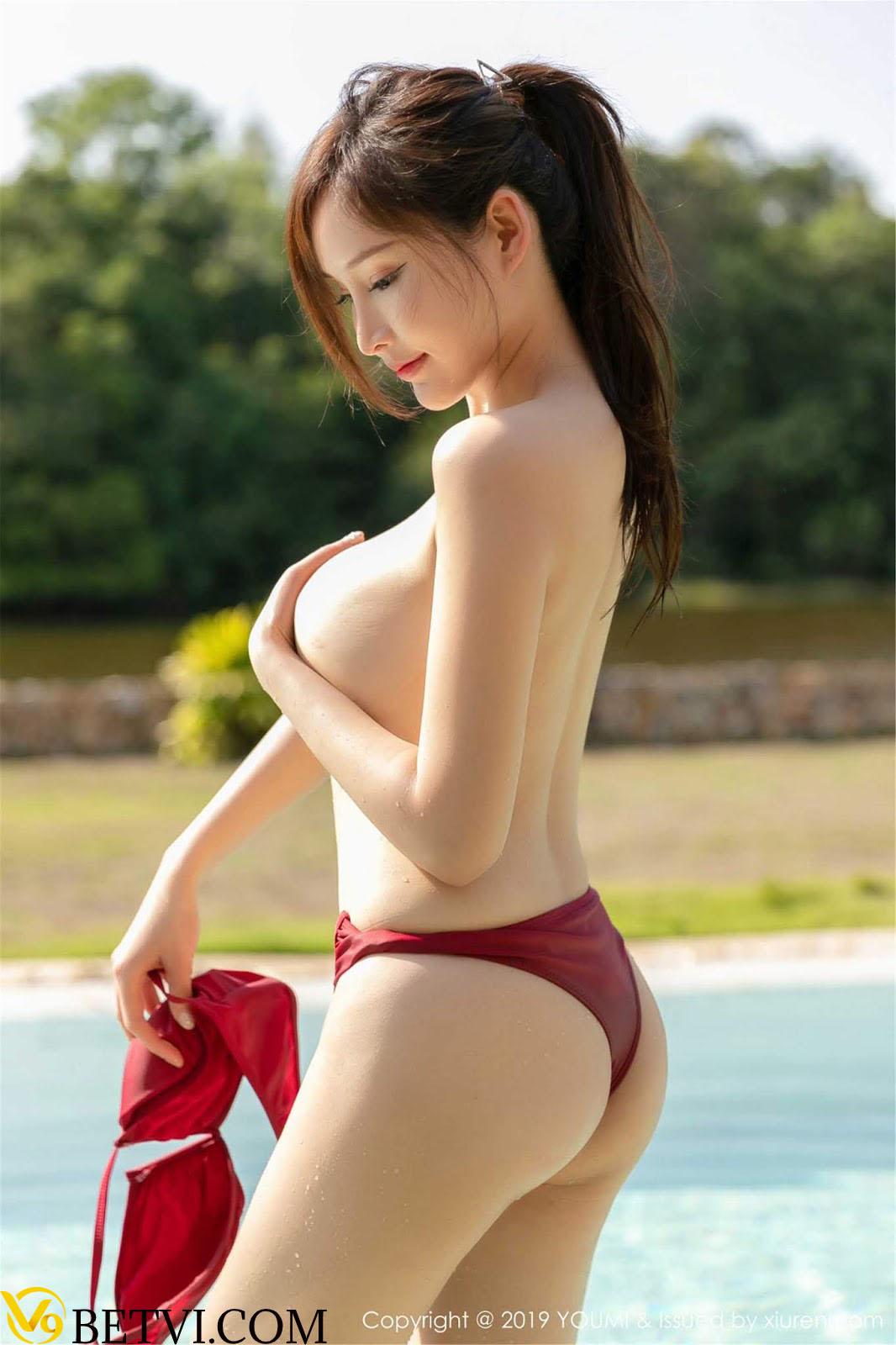 Cô nàng ngực khủng khoe núm vú cực xinh